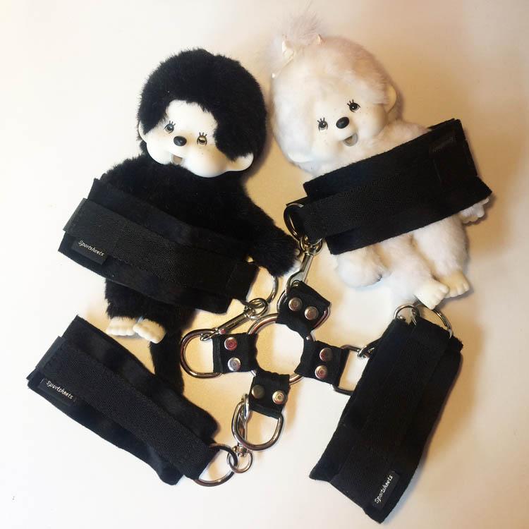 Dit is een afbeelding van sportsheets hogtied cuffs set