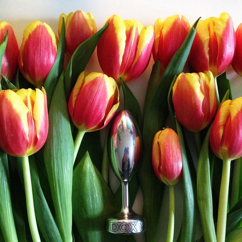 Dit is een afbeelding van buttplug doxy smooth in de tulpen