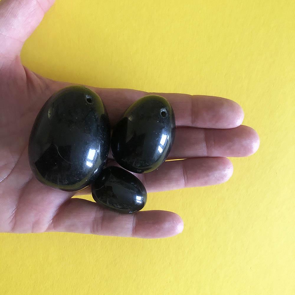Dit is een afbeelding van 3 zwarte yoni eieren